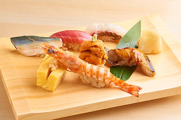 目の前で握る江戸前寿司